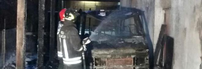 Il camper va a fuoco nella notte: le fiamme si propagano all'abitazione