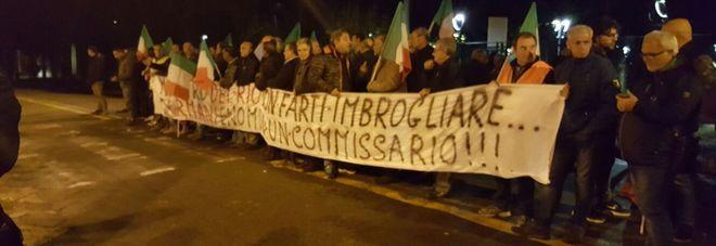 Ss.275: sit-in di protesta degli operai Palumbo davanti alla prefettura. Il ministro Delrio: «Impegno con Anas per fare prestissimo»