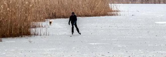 Il ghiaccio cede d'improvviso: ragazzo finisce nel lago gelato