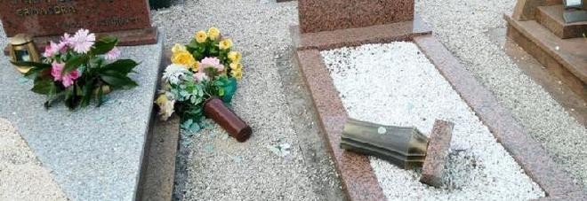 Vandali in cimitero, arrivano le fototrappole per scovarli