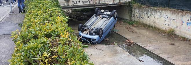 Perde il controllo dell'auto, abbatte un muretto e finisce dentro il fosso