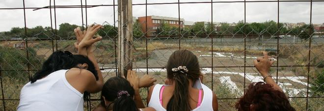 Prostitute nel campo profughi grazie ai buchi sulla rete di recinzione