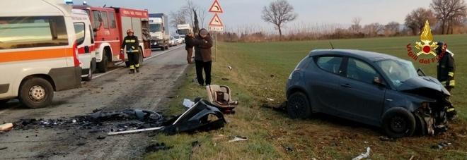 Scontro frontale tra auto Feriti i due conducenti uno è grave a Torrette