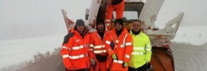 """Pesaro, la squadra della Provincia """"libera"""" due famiglie rimaste isolate"""
