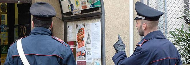 Follia al supermercato Scoperto a rubare alcolici picchia direttore e carabinieri