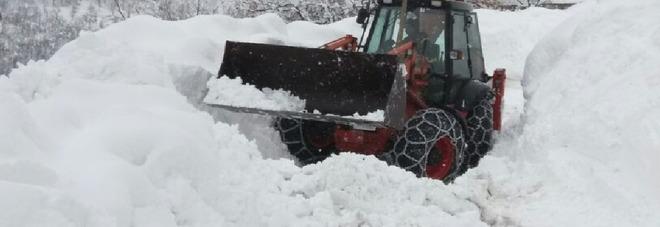 Amandola, una famiglia evacuata da un agriturismo col gatto delle nevi