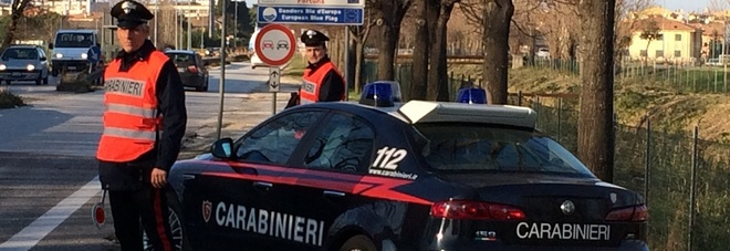 Fano, danneggia auto e aggredisce i passanti: carabinieri devono sedarlo