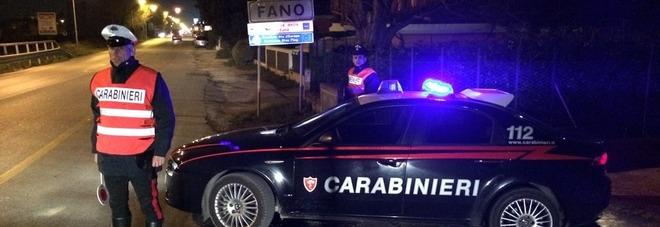 Fano, ubriachi si accaniscono contro 2 donne e aggrediscono i carabinieri