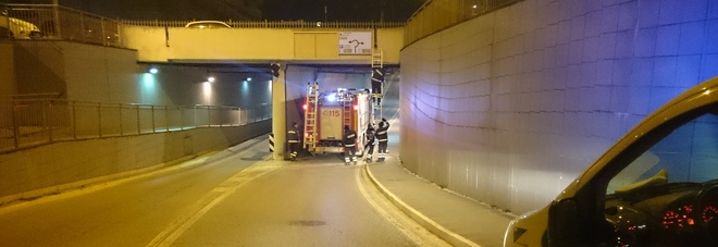 Cadono calcinacci dal ponte chiuso il sottopasso sfiorato un passante
