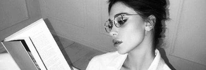 Belen maestra sexy: libro, occhiali e camicia birichina va fuori di seno /Guarda