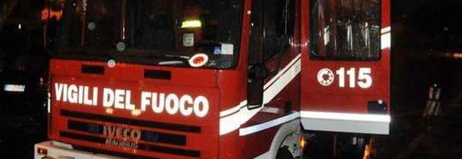 Pesaro, l'auto prende fuoco mentre è in moto: paura per due ragazzi