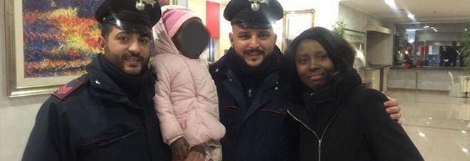 Madre e bimba per strada al gelo: due carabinieri pagano hotel e abiti nuovi