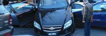 Mette la retromarcia e parte a tutto gas: l'auto si arrampica su altre tre macchine /Foto