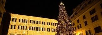 Valentino accende l'albero di Natale nel cuore di Roma, su Parigi brilla la stella Dior