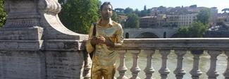 Da Ancona a Roma dipinto d'oro: «Lo faccio per migliorare l'autostima»