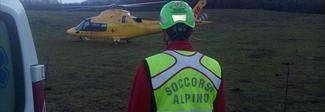 Grave anziano precipitato dal tetto su un terrazzino: recuperato dall'elicottero