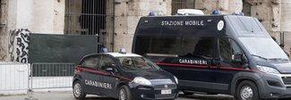 Turista aggredisce edicolante al Colosseo per rubare caramelle: arrestato un americano