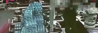 Evade da una casa lavoro per rapinare due supermercati