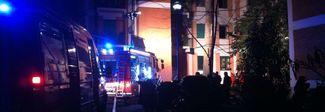 Palazzina in fiamme, 10 intossicati ricoverata ragazza di 14 anni
