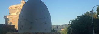 Un uovo gigante a due passi dal Tevere. Romani stupiti, quale sarà la sorpresa?