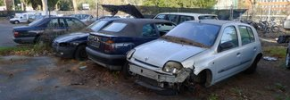 Auto, patenti e rifiuti: il deposito giudiziario diventato dormitorio