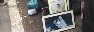 «Qualcosa non ha funzionato...»: le foto di nozze al cassonetto diventano virali