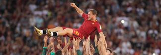 Roma-Genoa 3-2 per la Champions nel Tottiday: lacrime e applausi all'Olimpico