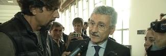 Massimo D'Alema regala un Tapiro a Striscia la Notizia: «Ricci ha copiato Giletti»