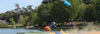 I paracadutisti freestyle si lanciano su Roma e ammarano sul laghetto dell'Eur