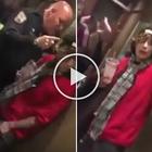 «Sei un uomo, ora esci»: la polizia caccia una lesbica dal bagno delle donne