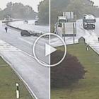 Litiga con un camionista in autostrada, scende dall'auto e poi la rincorre a piedi: ecco il video della polizia
