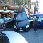 Mette la retromarcia e parte a tutto gas: l'auto si arrampica su altre tre macchine