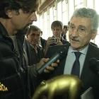 Massimo D'Alema regala un Tapiro a Striscia: «Ricci ha copiato Giletti»