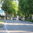 Roulette russa sulla strada: 11enni  sdraiati a terra in attesa dell'auto