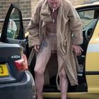 Paul Gascoigne nudo e ubriaco all'uscita da un taxi (thesun.co.uk)
