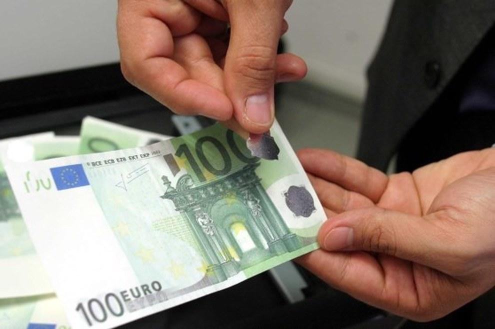 70758dd6b7 In borsa mille euro in banconote da 100 false: 28enne arrestata | Il Mattino
