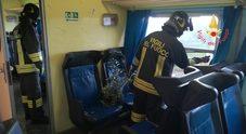 Tromba d'aria travolge il treno dei pendolari feriti e paura a bordo
