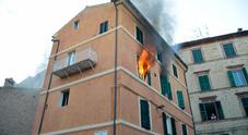 Incendio in una casa madre e tre figli finiscono in ospedale