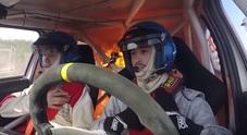 Auto si incendia durante il rally: panico tra i piloti nell'abitacolo Video