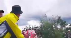 Giro d'Italia, il tifoso abruzzese cucina gli arrosticini e li offre ai ciclisti in gara