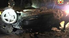 Si rovescia e distrugge l'auto di notte:  ferito ma riesce a uscire da solo