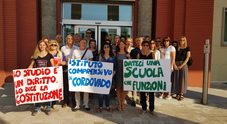 La protesta dei genitori davanti alla prefettura
