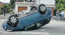 L'auto sfreccia in curva e sbatte contro il palo: finisce ruote all'aria /Foto