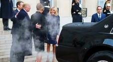 """Cadillac One di Trump """"affumica"""" cortile dell'Eliseo e i Macron. Nuvole di fumo dall'ammiraglia presidenziale"""