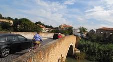 Raffica di burti di biciclette: un ragazzo ne lancia una nel fiume dal ponte