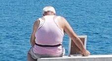 La storia del pensionato che porta la foto della moglie morta al mare diventa un corto: guarda il trailer