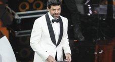 """Sanremo2018, Pierfrancesco Favino in versione """"cameriere"""" (Foto di Giacomo Gabrielli/Ag.Toiati)"""