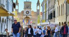Centro storico tinto di giallo e nero, i colori di Pordenonelegge