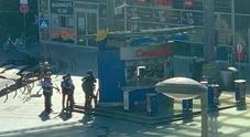 «Donna in ostaggio in una farmacia della stazione». Allarme a Colonia, sparati dei colpi Video