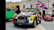Citroen 2CV festeggia 70 anni: 12 storici esemplari sfilano sulle colline toscane